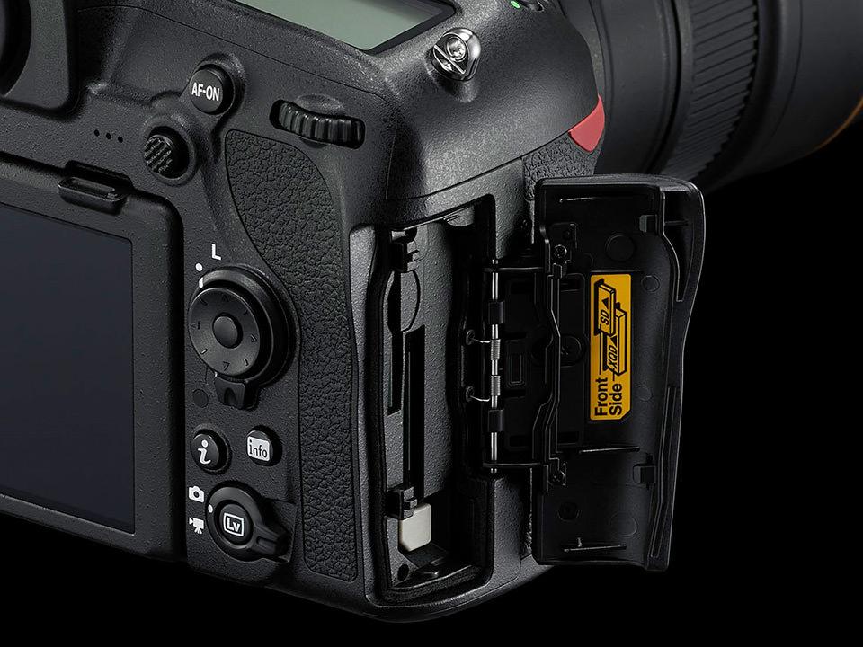 Ranuras para tarjetas de memoria en una cámara Nikon