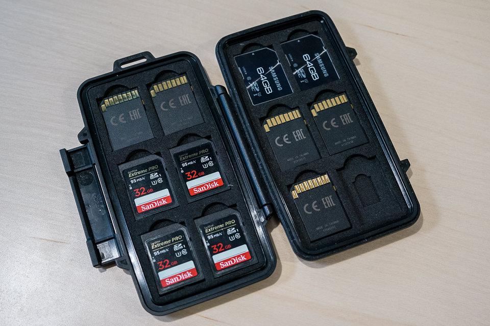 Dar la vuelta a las tarjetas en el soporte de la tarjeta de memoria
