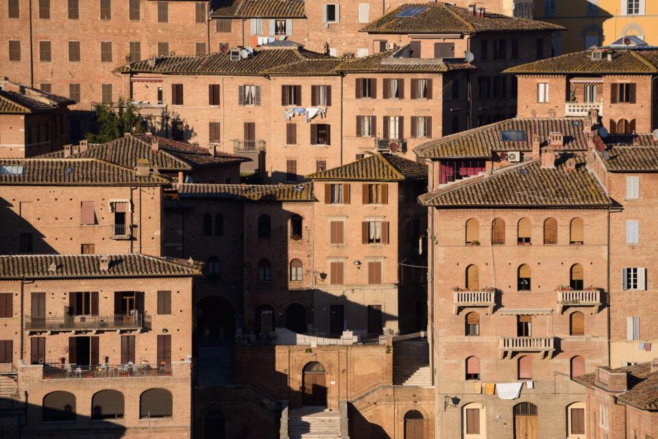 Edificios iluminados por el sol en Siena Italia