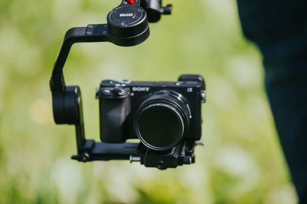 Una cámara Sony montada en un estabilizador de cámara