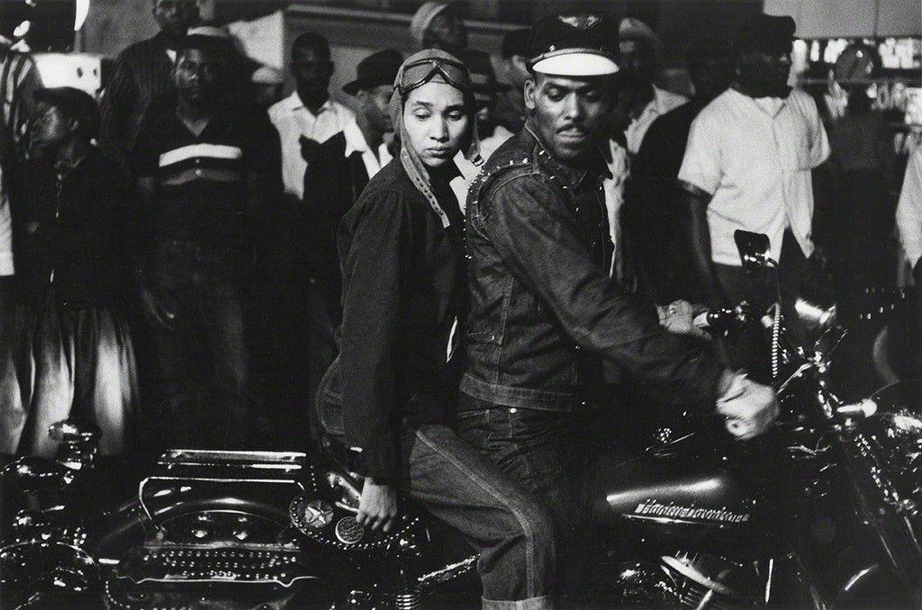 Una imagen en blanco y negro de una pareja en una moto del famoso fotógrafo Robert Frank