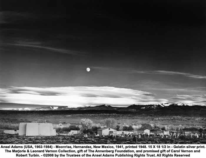 Una imagen en blanco y negro de la salida de la luna en Hernández, Nuevo México, 1941, por el famoso fotógrafo Ansel Adams