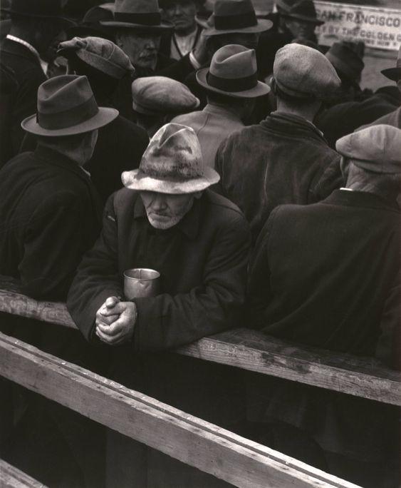 Una foto de un hombre parado en el White Angel Breadline, 1933, por Dorothea Lange
