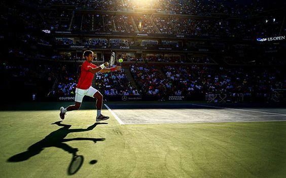Novak Djokovich jugando al tenis en el torneo del US Open, 2013, por Al Bello