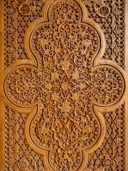 Una puerta tallada en madera de Samarkanda Uzbekistán