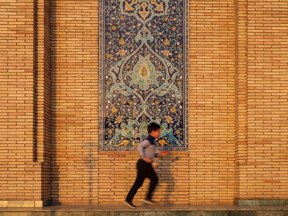 Niño jugando en los terrenos del conjunto Khast Imam