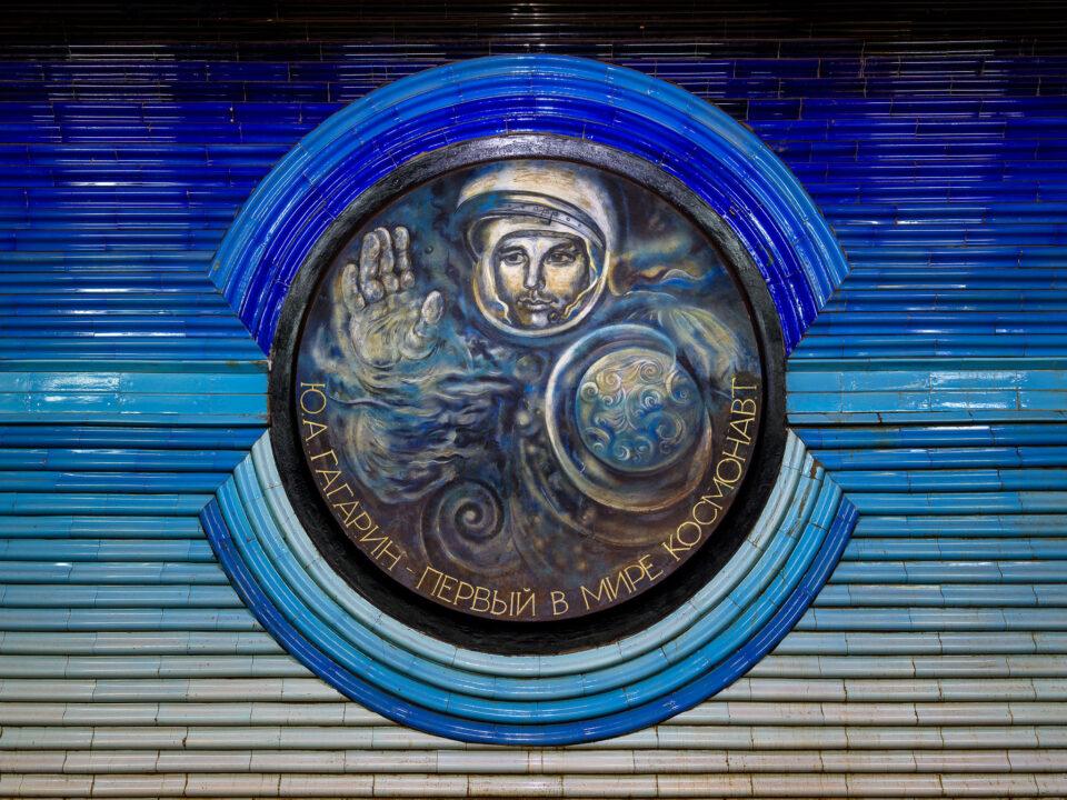 Retrato de Yuriy Gagarin en el metro de Tashkent