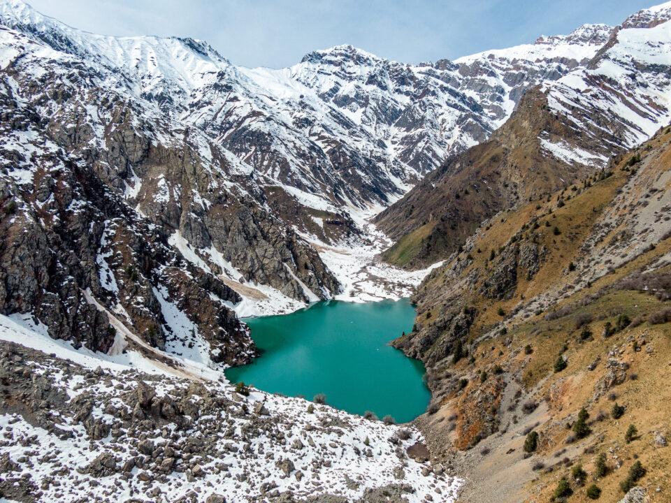 Lago de nefritis de color jade de Ugam Chatkal