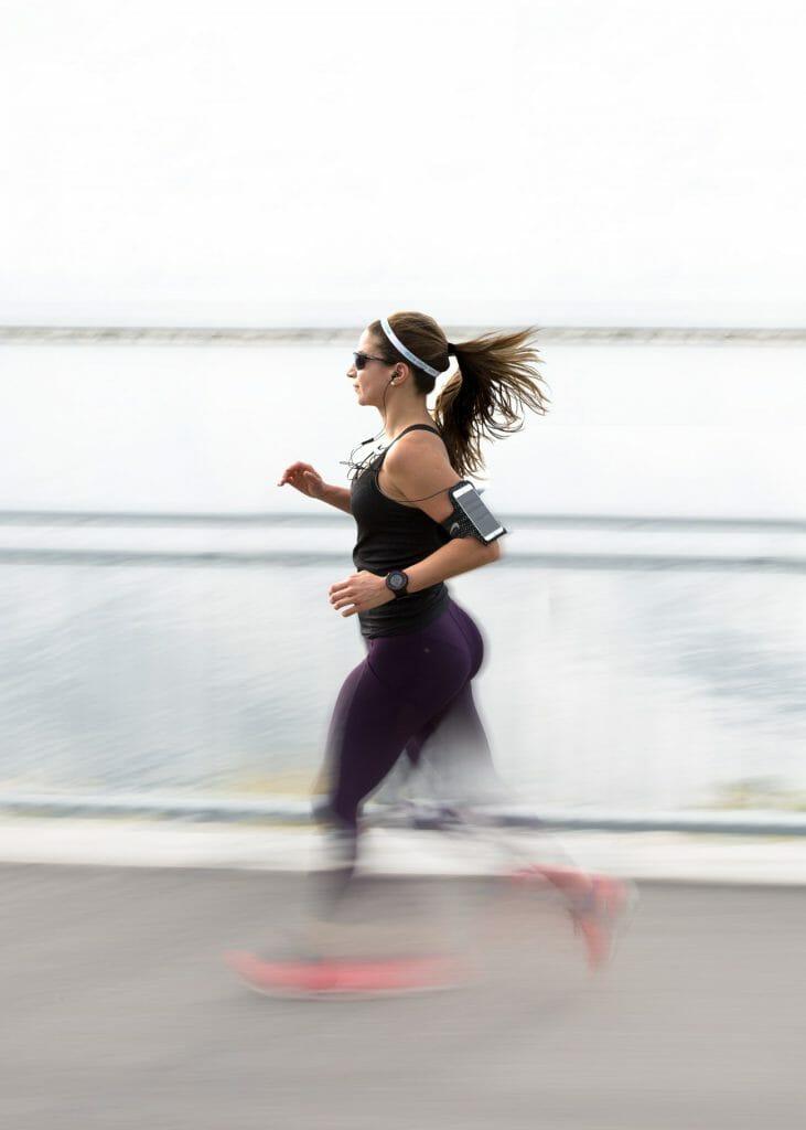 Una foto panorámica de una mujer haciendo footing