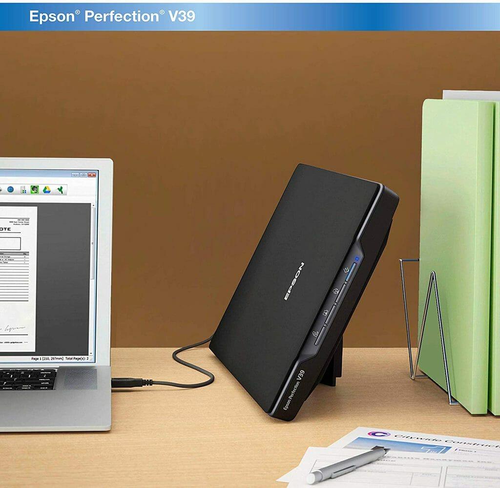 La Epson Perfection V39 almacenada verticalmente utilizando su soporte de pata