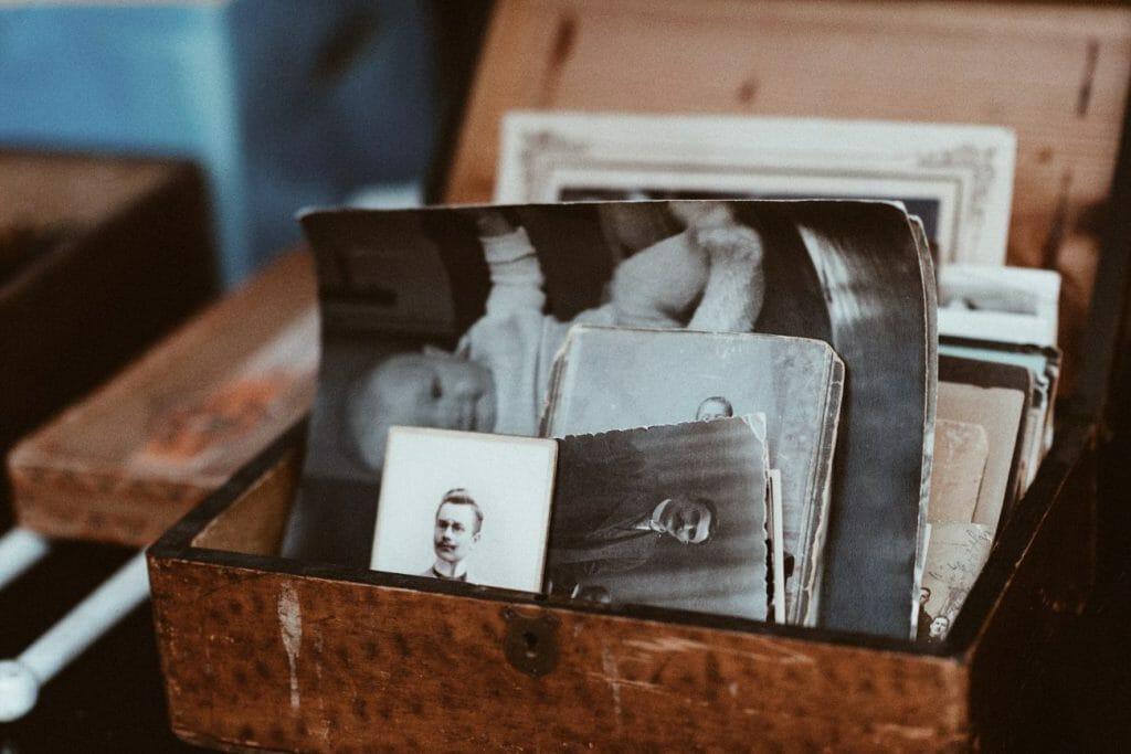 Una caja llena de fotografías de época