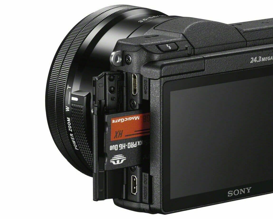 La ranura para tarjetas de memoria de la cámara Sony Alpha a5100