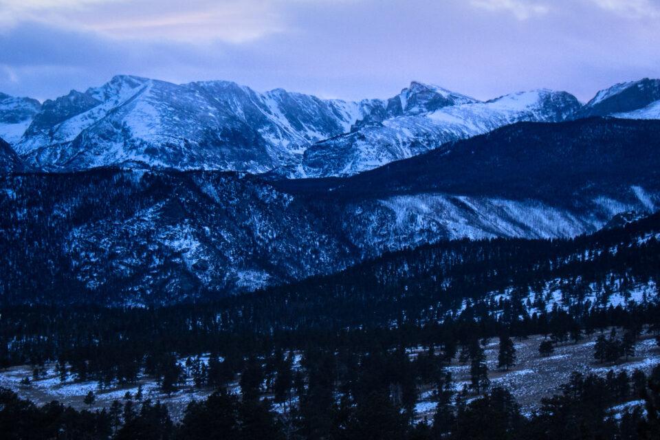 Esta foto de paisaje muestra el Parque Nacional de las Montañas Rocosas en la nieve durante el invierno.