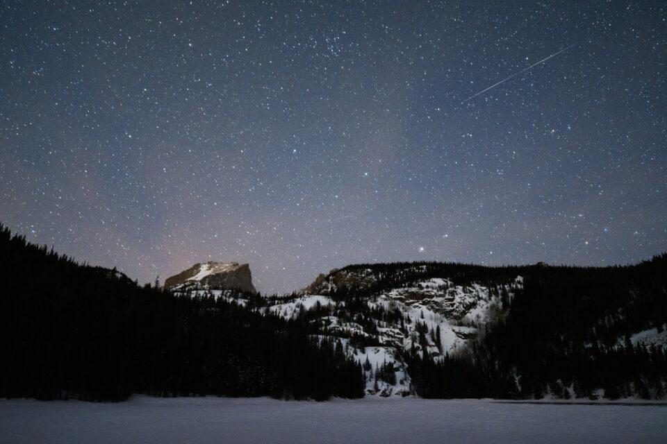 Debido a que oscurece temprano, el invierno puede ser un gran momento para capturar eventos celestiales como lluvias de meteoritos sobre un paisaje.