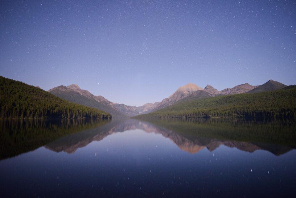 Las estrellas son muy difíciles de ver en esta foto de paisaje debido a toda la neblina.