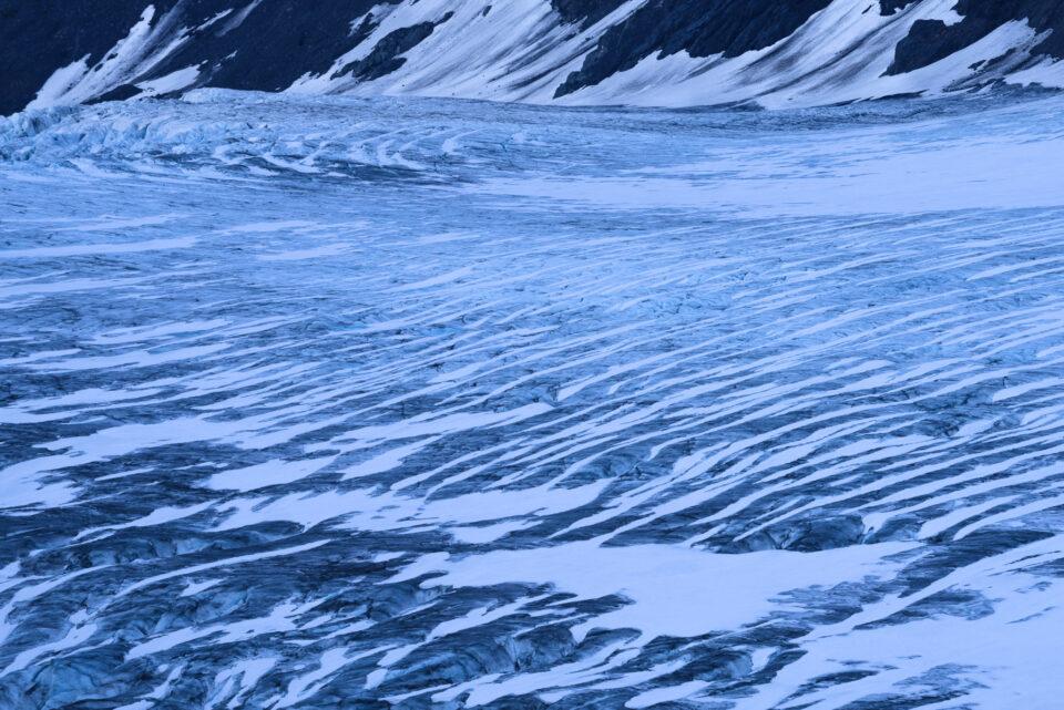 Esta foto abstracta muestra los patrones de líneas en un glaciar.