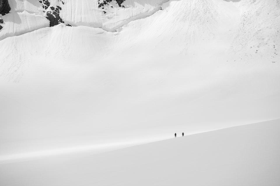 Los altos niveles de espacio negativo en esta imagen transmiten una sensación de aislamiento y vacío. Eso es mucho más fácil de hacer durante las condiciones invernales con mucha nieve.