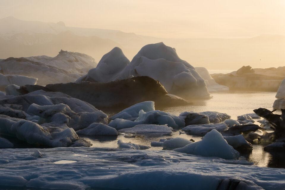 Esta foto de los icebergs en la laguna Jokulsarlon tiene hermosos colores dorados, porque la nieve y el hielo tienden a reflejar los colores de la luz que los rodea.