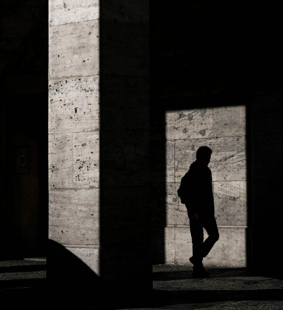 Un hombre caminando capturado sólo con su sombra.