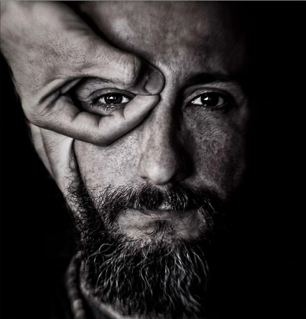 Un autorretrato tomado en blanco y negro