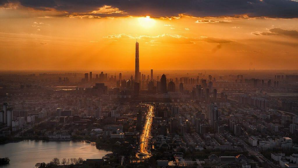 Una foto de una hermosa puesta de sol sobre una ciudad - otra gran idea de fotografía