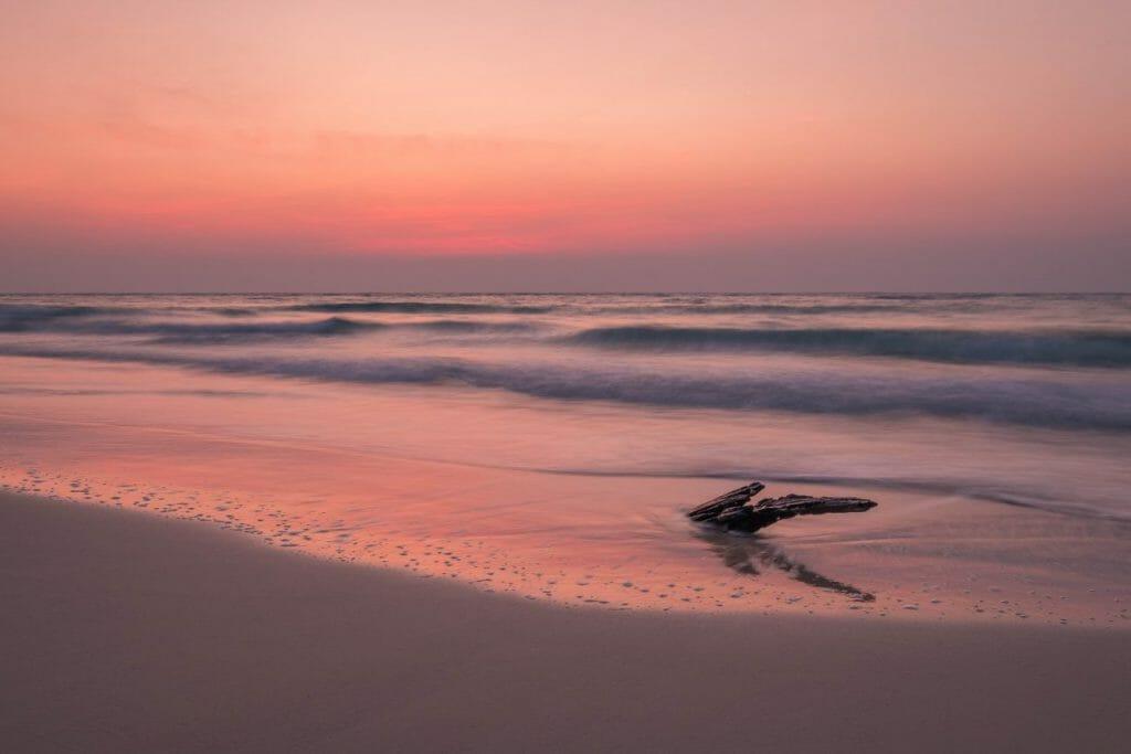 Un paisaje marino durante la puesta del sol