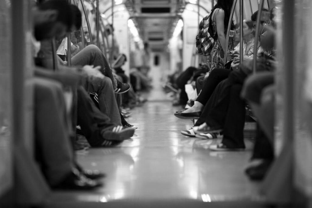 Una foto en blanco y negro de las piernas de la gente en un tren subterráneo - una gran idea de fotografía