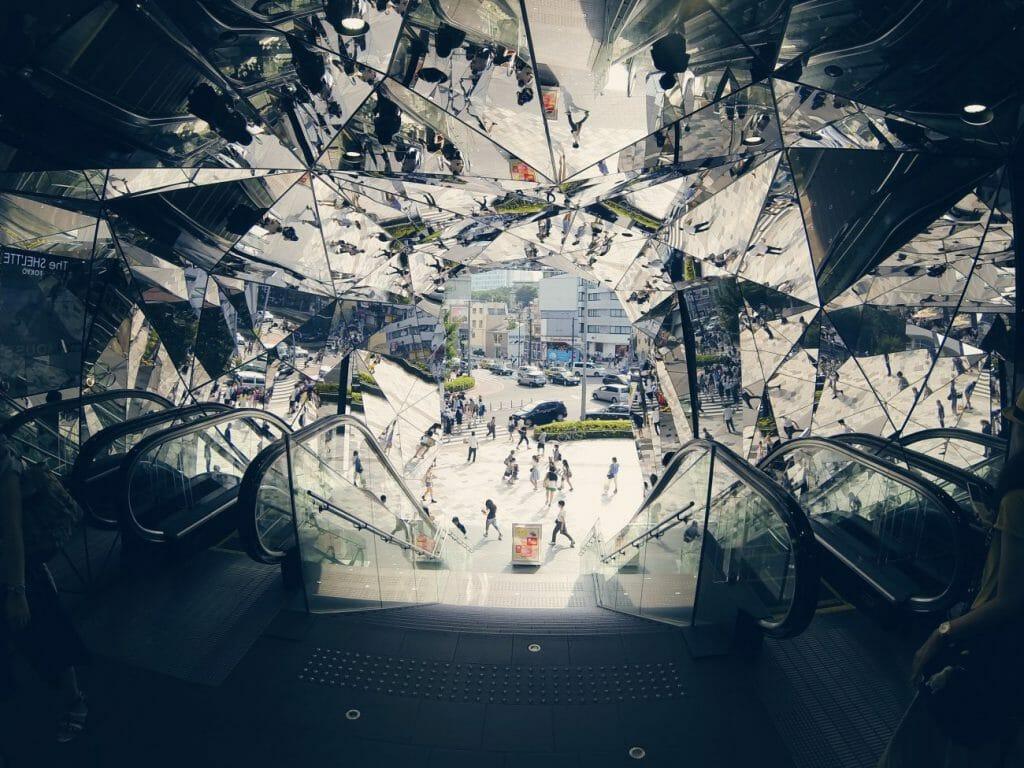 Una foto de una ilusión de espejo que muestra escaleras mecánicas en un centro comercial - otra gran idea de fotografía