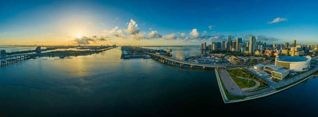 Una vista fotográfica panorámica de una ciudad y de la bahía