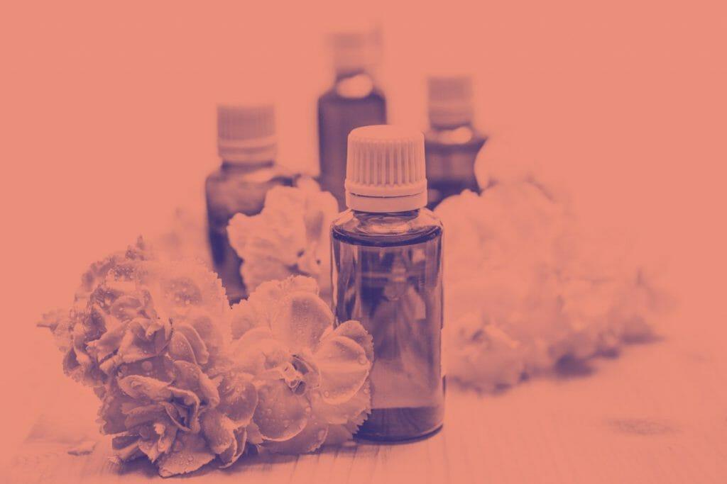 Un ejemplo rosado de fotografía duotono utilizando flores y botellas