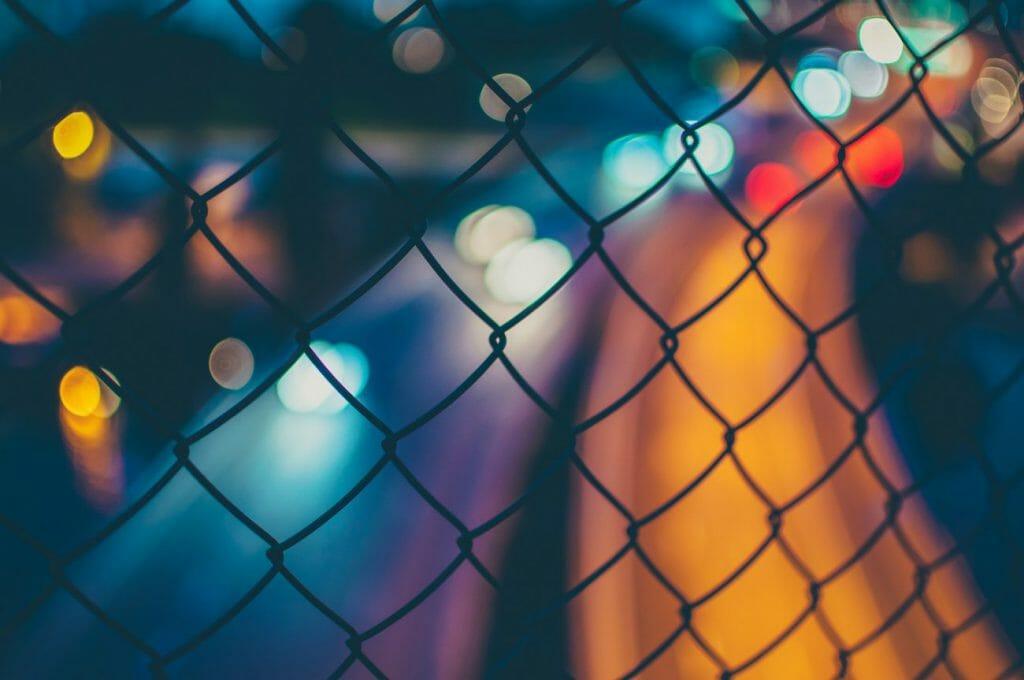 Efecto bokeh de luz logrado detrás de una valla - otra gran idea de fotografía