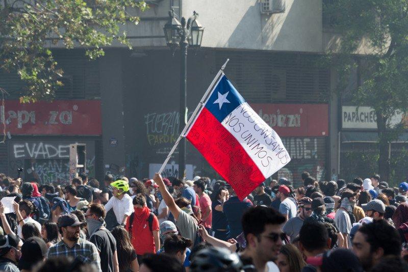 Hallan a un fotógrafo muerto apuñalado después de cubrir las protestas antigubernamentales en Chile