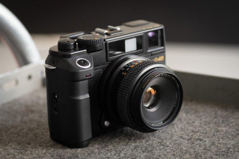 Esta cámara Bronica toma imágenes verticales cuando se sostiene normalmente