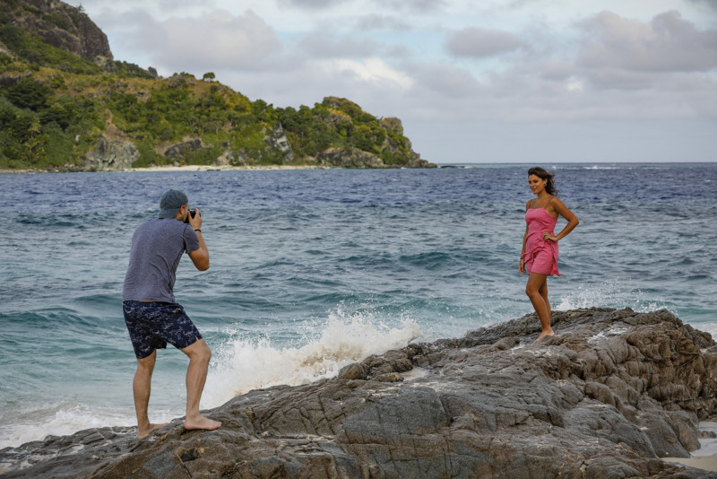 Fotografiando a los concursantes de Survivor 40 en una isla desierta de Fiji