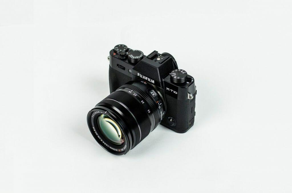 Una cámara con sensor de recorte Fujifilm se sentó sobre una superficie blanca
