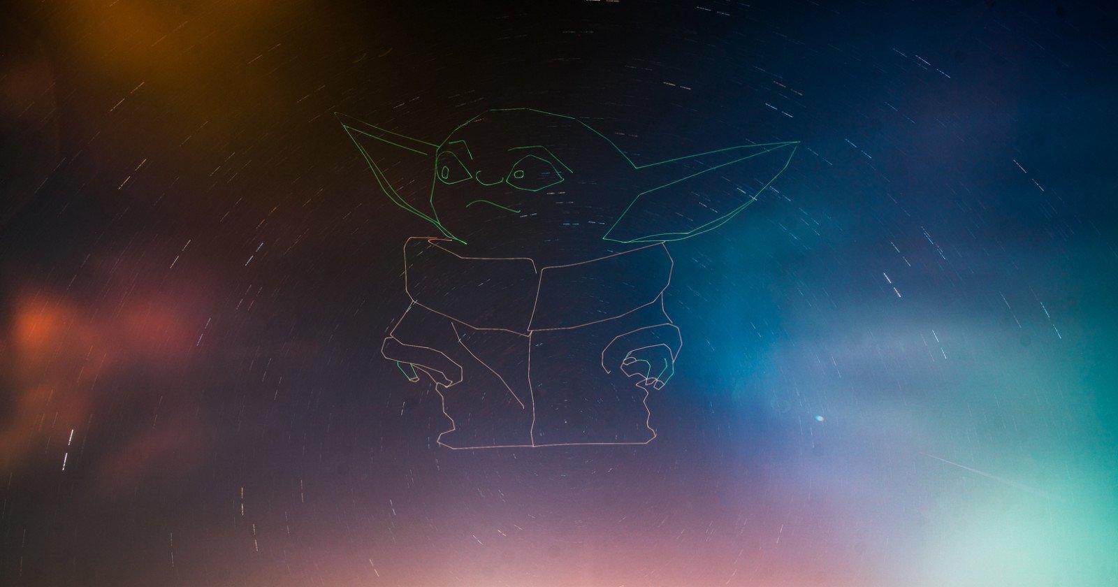 Este fotógrafo usó un zángano para pintar con luz un bebé gigante Yoda en el cielo