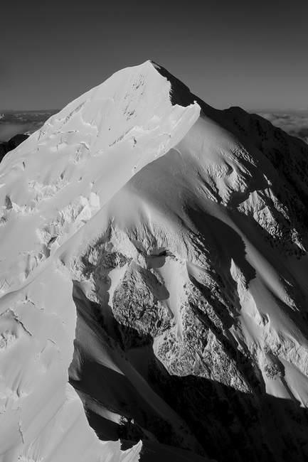 Imagen en blanco y negro de una montaña. en Nueva Zelanda