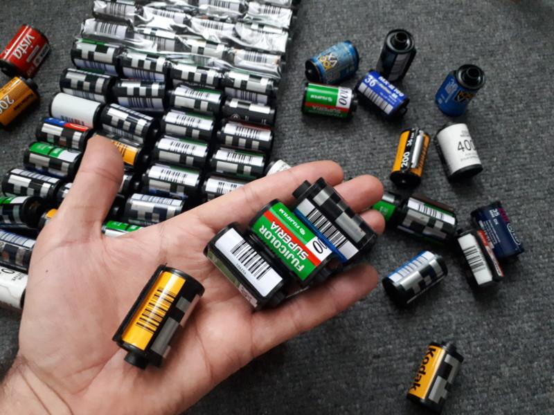 Estas cámaras de trabajo fueron hechas con latas de película de 35 mm.