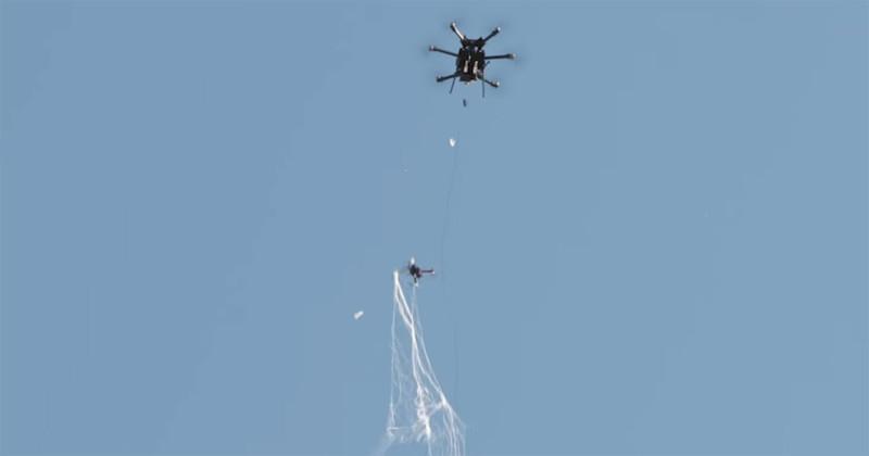 """El Pentágono compra un sistema """"cazador de drones"""" que atrapa drones ilegales en redes grandes"""