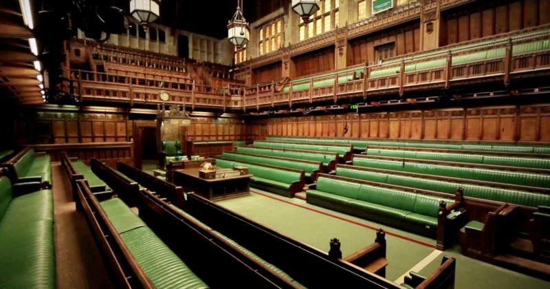 La casa de un fotógrafo político fue asaltada por la policía en busca de muebles robados del Parlamento.